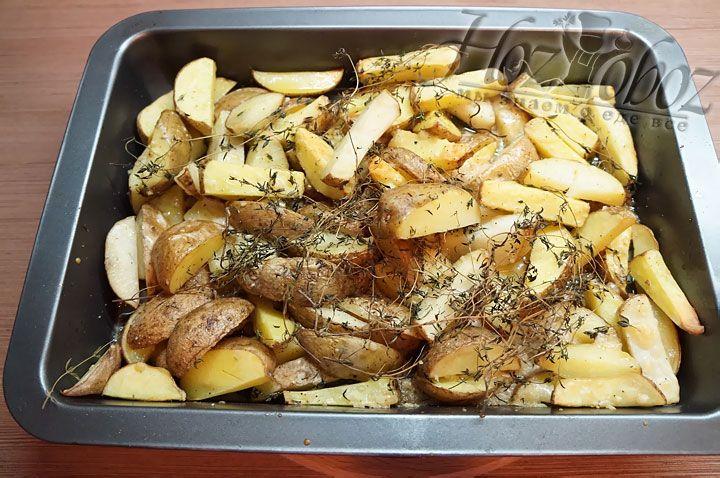 Теперь, когда картошка готова, вынем из нее засохшие стебли тимьяна