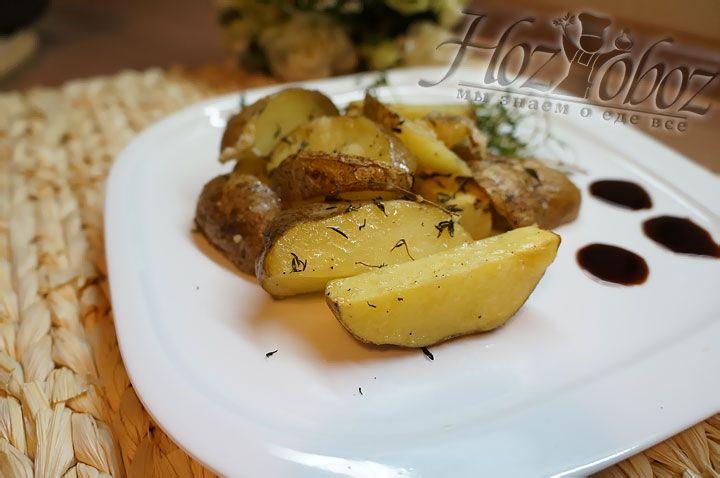 В готовый картофель неплохо добавить несколько капель соуса бальзамик, а после подавать его к мясу или рыбе
