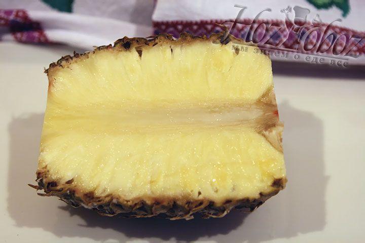 Теперь следует почистить и подготовить спелый ананас