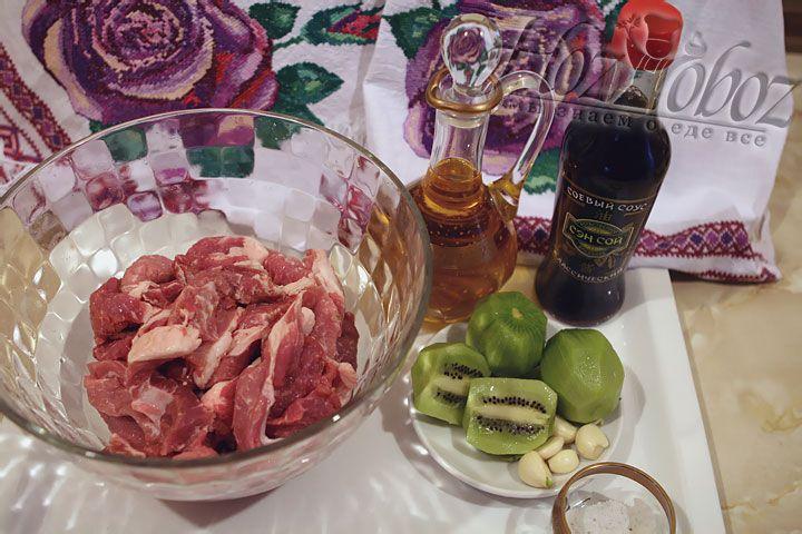 После этого мясо надо замариновать. Для приготовления маринада в глубокой посуде  смешиваем мякоть киви, чеснок, соль и оливковое масло