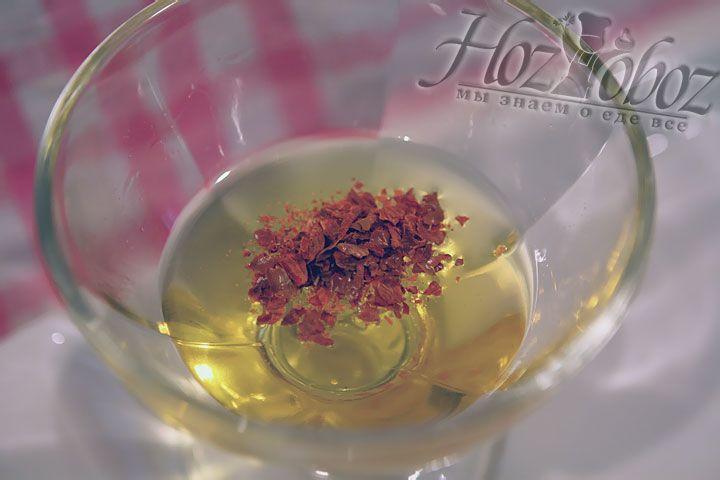 Смешиваем мед с измельченным чили перцем