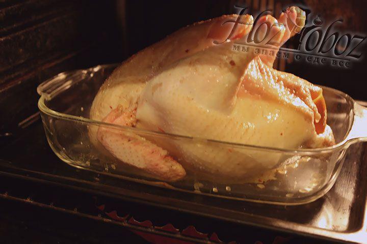 По прошествии 20 минут температуру необходимо снизить до 180 градусов и готовить блюдо еще около 2 часов. При жарке курицу необходимо поливать куриным бульоном или соком, образующимся в процессе приготовления