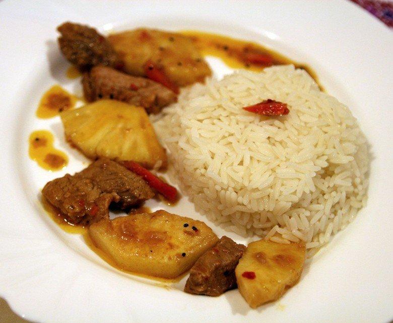 Выкладываем на тарелку рис, а рядом аккуратно помещаем наш мясной шедевр и следим за тем, чтобы в каждой порции присутствовали все ингредиенты
