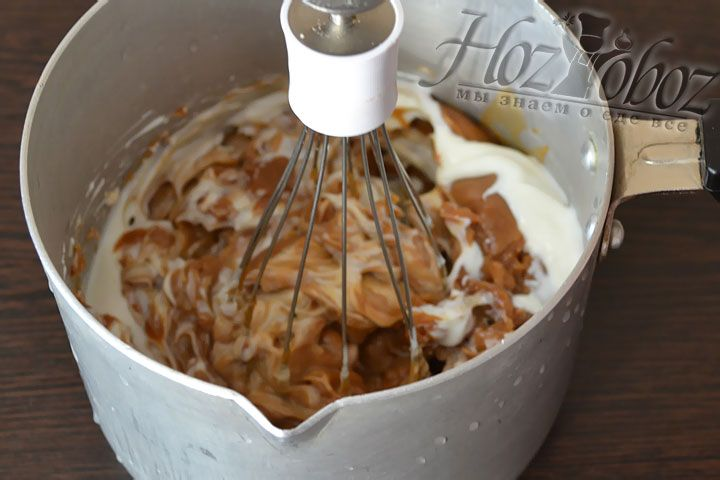 Для крема смешиваем сметану со сгущенным молоком в пропорции 40:60 и отправляем  в холодильник