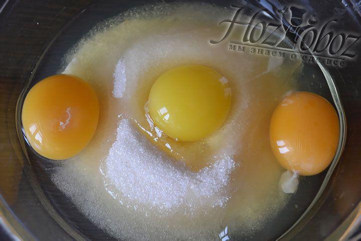 Ставим на паровую баню кастрюлю и даем воде закипеть. В это время в отдельной миске размешиваем яйца с сахаром