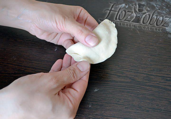 Чтобы качественно залепить края, удерживайте вареник в одной руке, а пальцами другой проходимся по краю не пропуская ни миллиметра