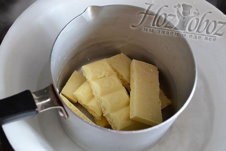 Растопим на паровой бане белый шоколад и изготовим из него бант, как на фото