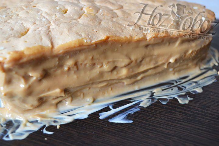 Сверху накрываем торт заключительной половинкой,смазываем бока остатками крема и отправляем в холодильник минут на 15