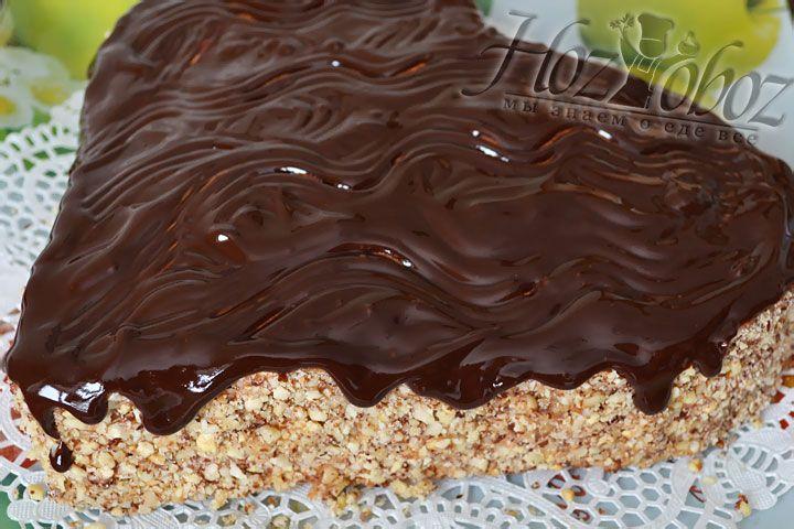 Покрываем сердце шоколадной глазурью так, чтобы аппетитные капельки стекали на бока и ставим торт в холодильник примерно на пол часа