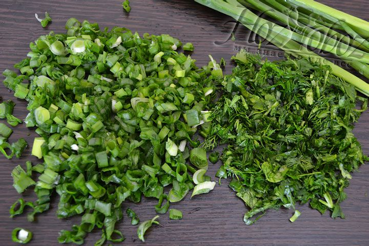 Мелко рубим свежую зелень: петрушку, укроп, зеленый лук