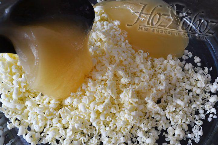 Натираем на терке сливочное масло и вливаем мед