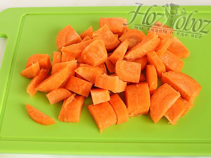 Морковь, нарезанную кубиками,  добавляем к мясу в процессе тушения и при необходимости вливаем кипяток