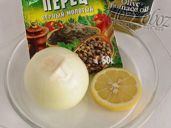 Готовим лимон и перец, а лук чистим и нарезаем кольцами
