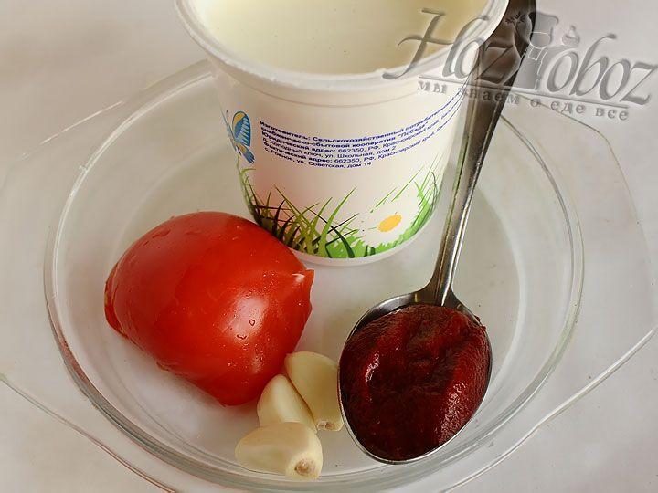 В чашку наливаем теплую воду и разводим в ней муку, после чего добавляем смесь к обжаренному луку. Затем вводим томатную пасту, кусочки  помидора и сметану. Соус должен прикипеть около 5 минут