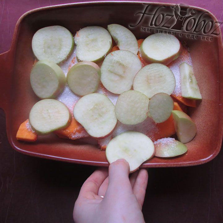Сверху помещаем слой яблок так, чтобы полностью закрыть ими тыкву