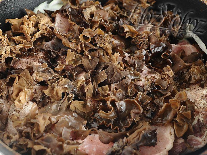 Далее выкладываем грибы и их тоже приправляем, сверху снова мясо и оставшийся сок лимона