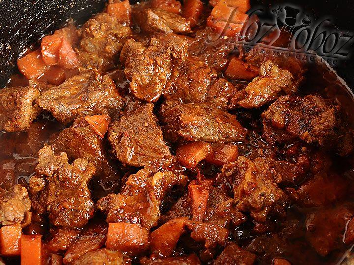Теперь выливаем в мясо сметанный соус