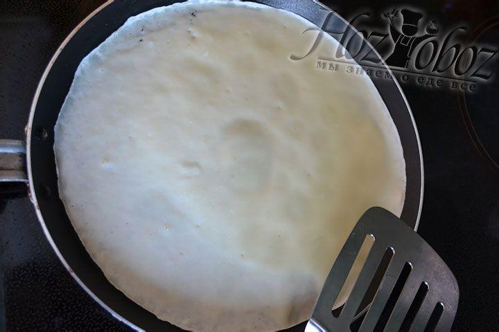 На раскаленную сковородку выливаем 2/3 половника теста и обжариваем до исчезновения сырых пятен