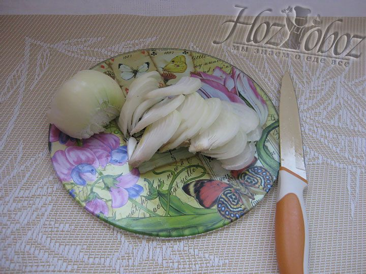 Для солянки нам понадобится лук - его следет очистить от шелухи и нарезать полукольцами