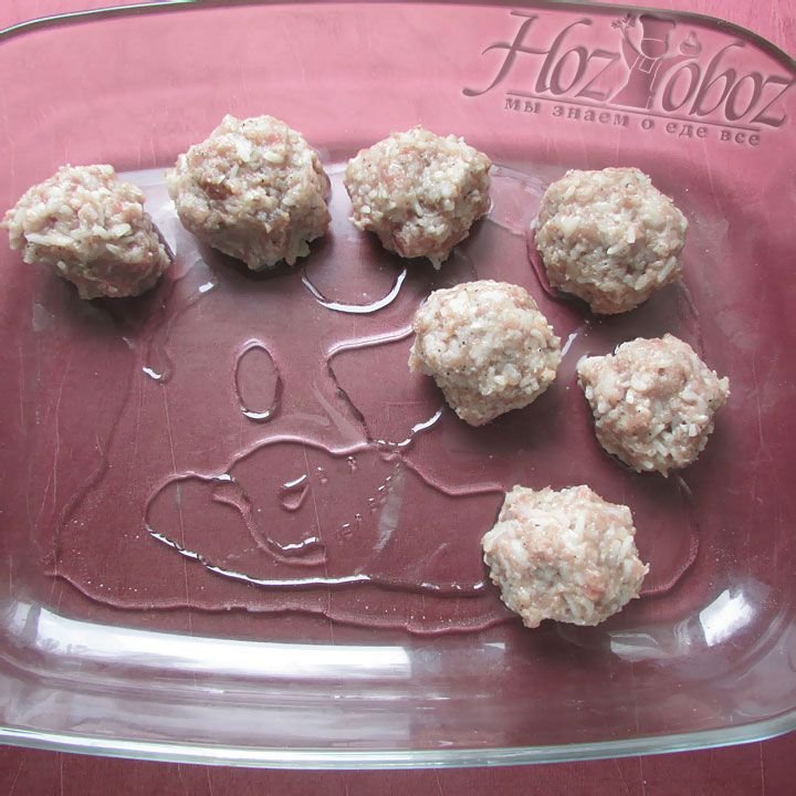 Форму для запекания смазываем маслом и выкладываем мясные заготовки