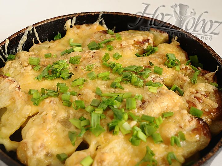 Когда время выйдет, выключим духовку и оставим в ней мясо еще на 10 минут. Затем вынем и посыпем его нарезанным зеленым луком