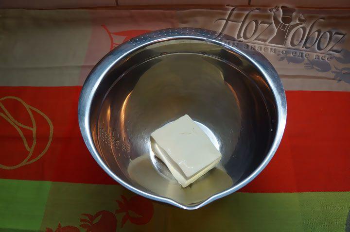Для теста выкладываем в миску мягкое масло