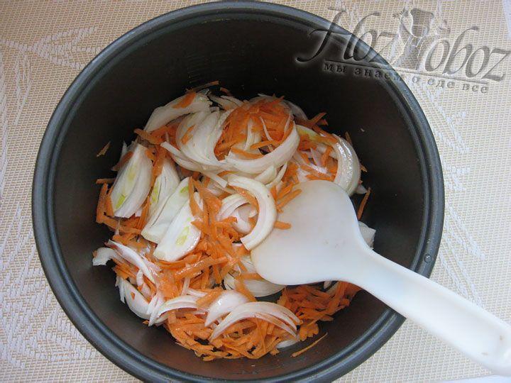 В чашу мультиварки наливаем немного растительного масла и выкладывем овощи. Готовим в режиме «Выпечка» около 30 минут