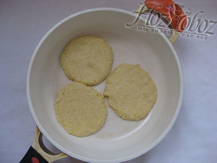 Полученное тесто делим на несколько частей и из каждой делаем лепешку толщиной около 1 см