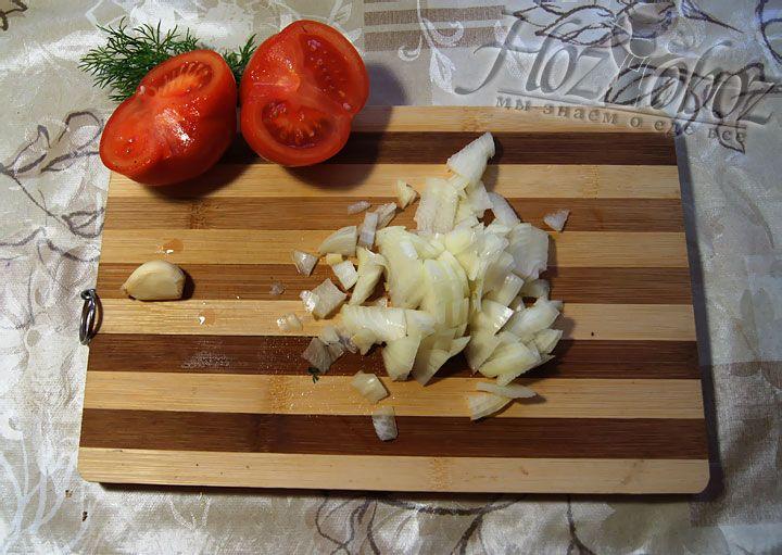Для соуса нарежем лук, чеснок помидоры и зелень