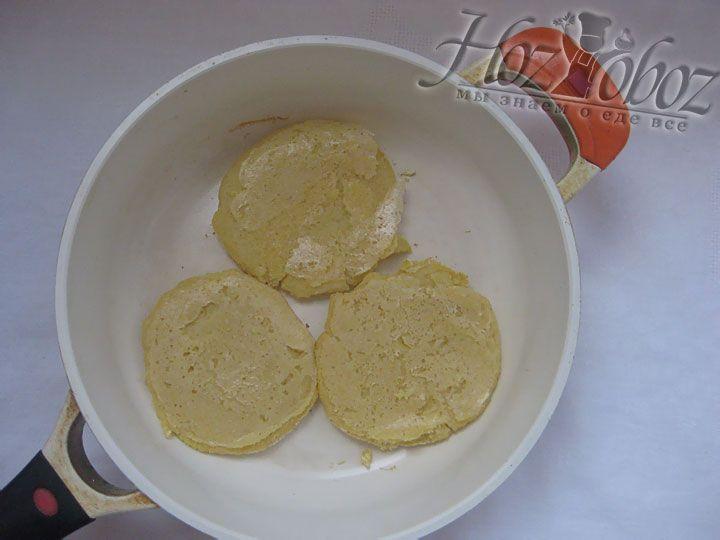Нагреваем сухую сковородку и, накрыв крышкой, подсушиваем на ней лепешки по 20 минут с каждой стороны
