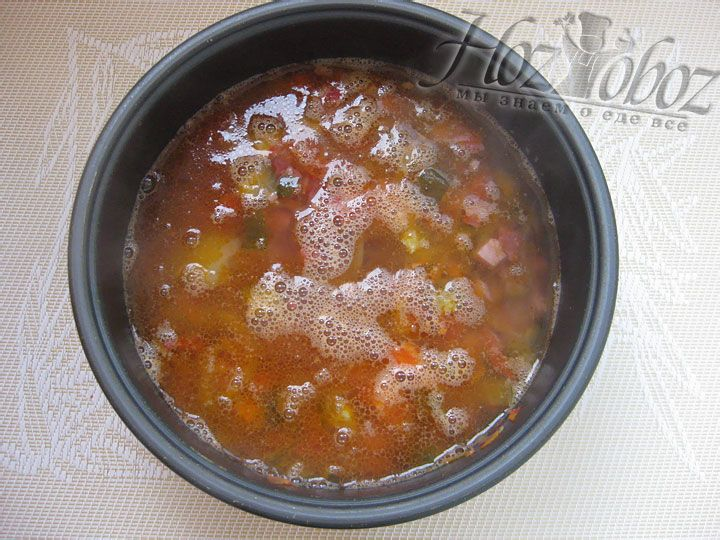 Все заливаем горячей водой или бульоном, а для пикантности не забываем добавить примерно 1/2 стакана рассола