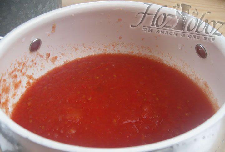 Разогреваем в сотейнике немного растительного масла и припускаем на нем несколько раздавленных зубков чеснока. Через пару минут чеснок вынимаем, а образовавшееся чесночное масло переливаем в кастрюлю с томатным соком