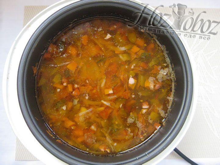 Приправляем солянку специями по вкусу и готовим в режиме «Суп» или «Тушение» около часа
