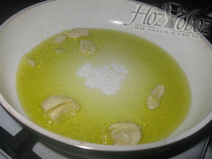 Теперь в будущий соус надо добавить специи и соль, а также нарезанный базилик и сахар. Всю эту смесь готовим на небольшом огне около 3 минут
