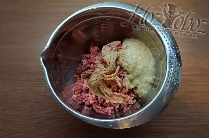 Луковицу нарезаем и тоже пропускаем через мясорубку