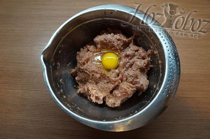 В миску с фаршем вводим яйцо, тщательно все перемешиваем и отбиваем