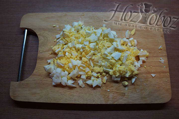 Основой для начинки станут нарезанные варенные яйца