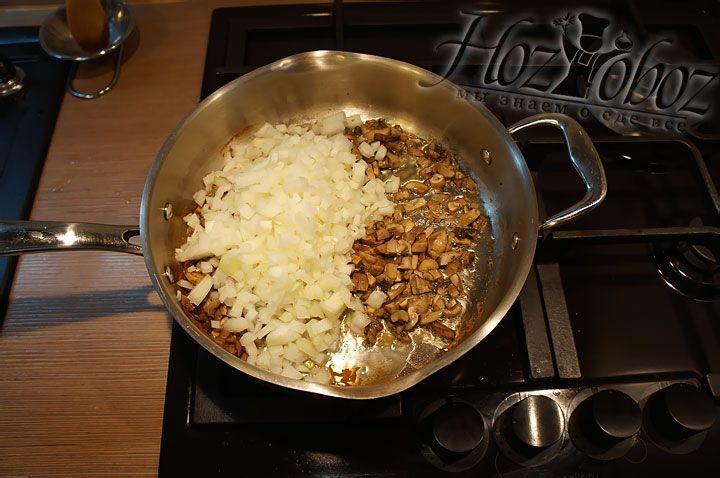 Через пару минут к обжаренным грибам выкладываем рубленный лук