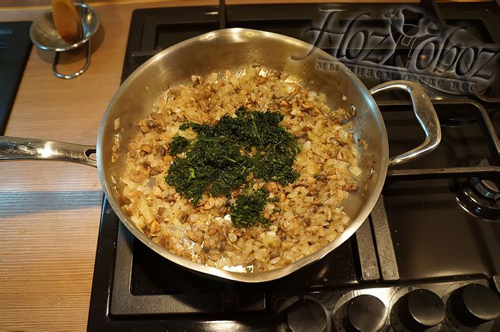 В лук и грибы насыпаем рубленный шпинат