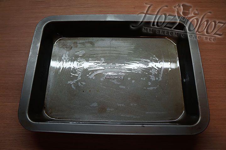 В емкость для запекания зраз добавляем немного растительного масла