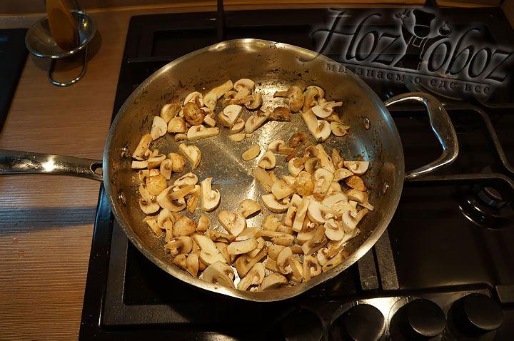 Грибы нарезаем крупными кусками и несколько минут обжариваем в качестве основы для соуса на растительном масле