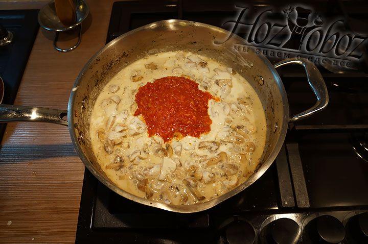 Добавляем в соус аджику или томатное пюре собственного приготовления