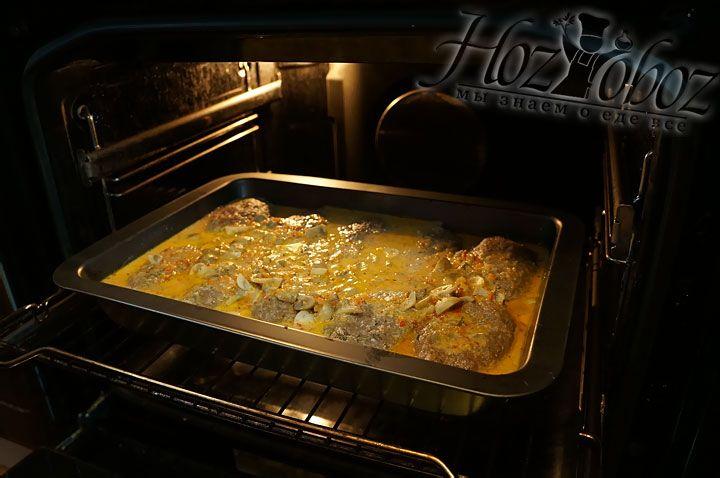 Готовить зразы надо в духовке при температуре 180 градусов около 45 минут