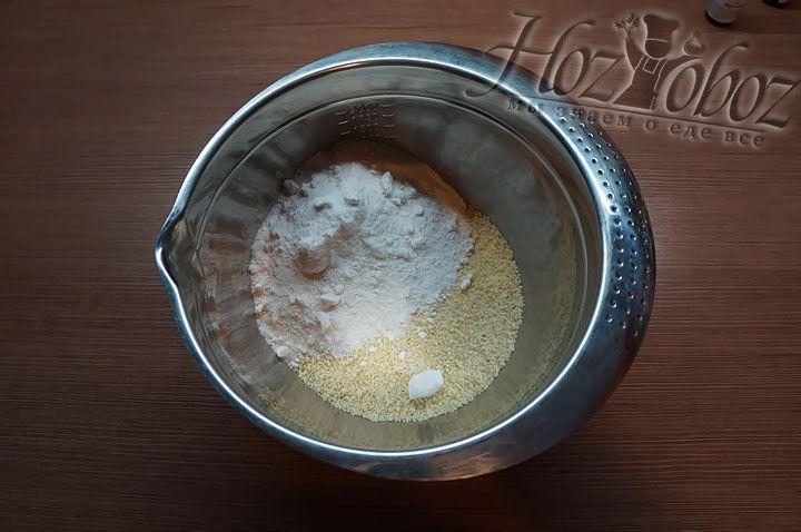 В отдельной миске соединяем сахарную пудру, миндальную муку и соль
