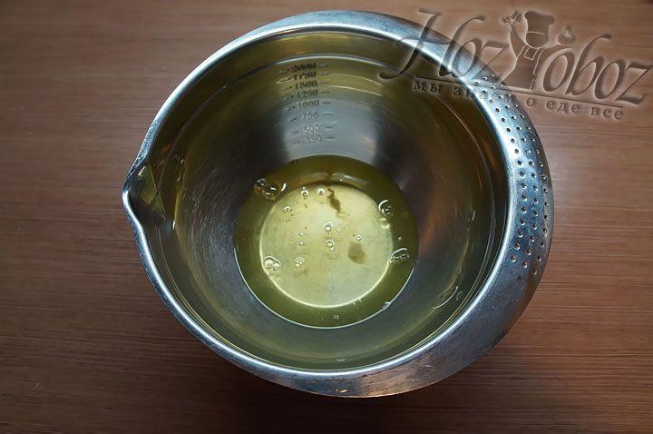 В отдельную посуду помещаем яичные белки