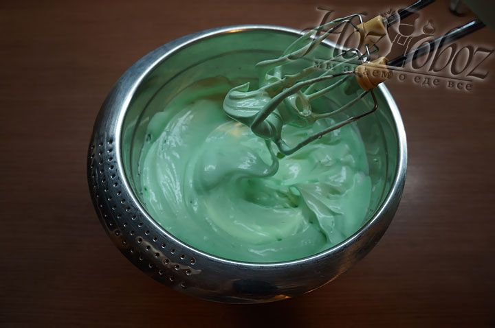 Мы готовим макаруны с фисташками и потому закрашиваем белки зеленым красителем и взбиваем их в плотную пену