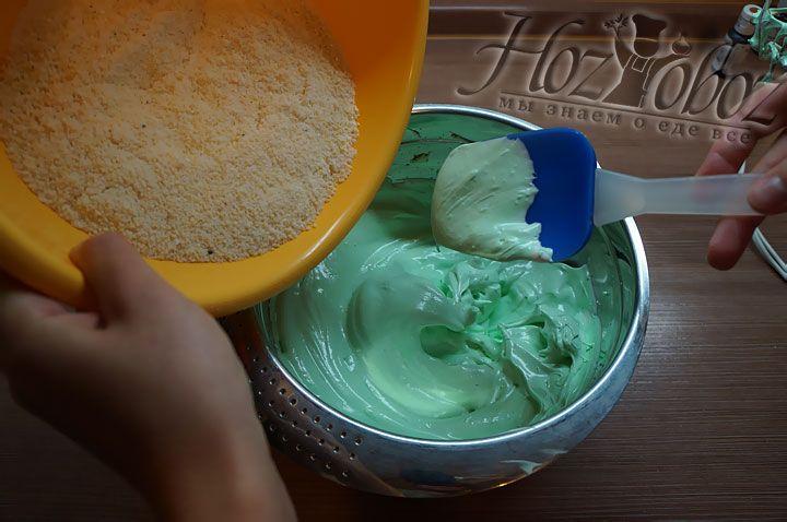 Для получения теста начинаем всыпать смесь миндальной муки и других сухих ингредиентов