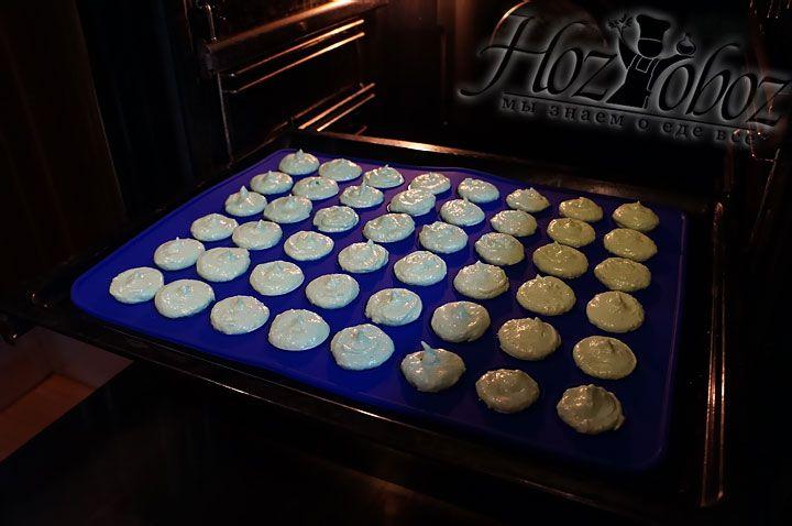 Пекутся пирожные примерно 15 минут при температуре 150 градусов