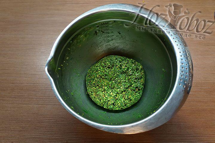 Используя лопатку, вымешиваем все составляющие и готовим фисташковую пасту