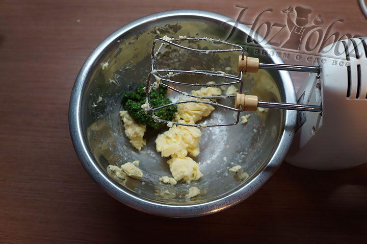 Для ганаша смешиваем мягкое масло и фисташковую пасту